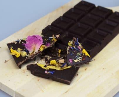 Cioccolato fondente con petali di fiori